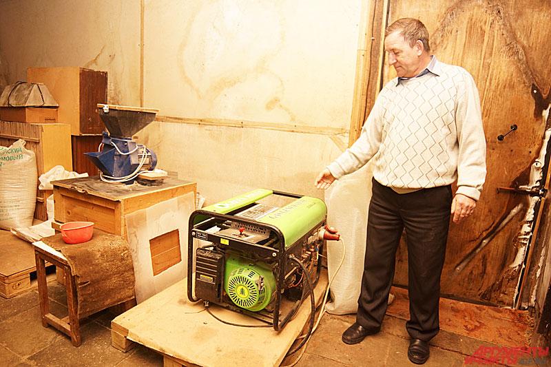 Владимир показывает электрогенератор, работающий на биогазе. Фото: АиФ / Дмитрий Овчинников